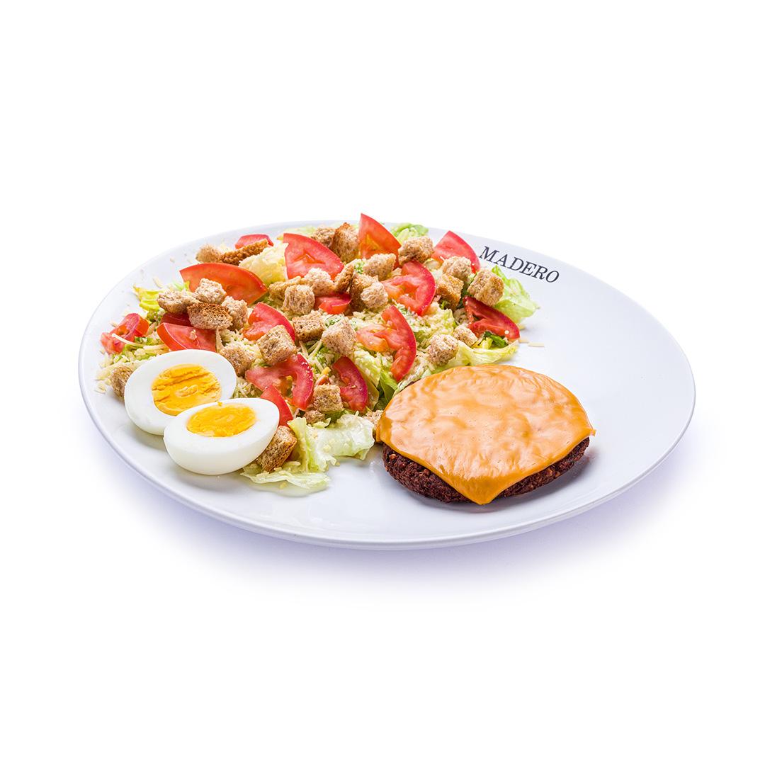 Caesar Salad com Falafel Burger Vegetariano